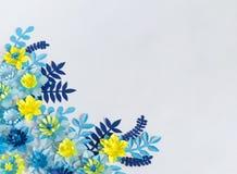 Flores de papel feitos a mão no fundo azul Passatempo favorito foto de stock