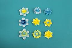 Flores de papel feitos a mão no fundo azul Passatempo favorito fotos de stock