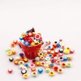 Flores de papel pequeñas, coloridas en una taza de café Foto de archivo libre de regalías