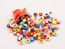 Flores de papel pequeñas, coloridas en una taza de café Foto de archivo
