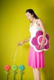 Flores de riego de la muchacha fotografía de archivo libre de regalías