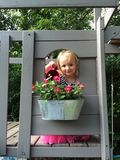 Flores de riego de la muchacha Foto de archivo libre de regalías