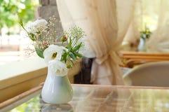 Flores de Rosa no café Fotografia de Stock