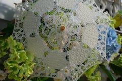 Flores debajo de un paraguas a cielo abierto imagen de archivo libre de regalías