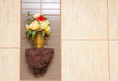 Flores decorativas da cor no banheiro Fotos de Stock Royalty Free