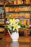Flores decorativas en florero foto de archivo