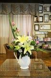 Flores decorativas en florero foto de archivo libre de regalías