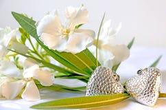 Flores del adelfa con un par de corazones fotos de archivo libres de regalías