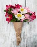 Flores del Alstroemeria en una tabla Foto de archivo libre de regalías