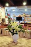 Flores del arreglo en florero fotografía de archivo