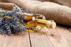 Flores del botle y de la lavanda del aceite esencial Imagen de archivo