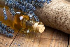 Flores del botle y de la lavanda del aceite esencial Imágenes de archivo libres de regalías