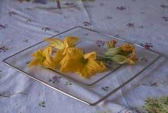 Flores del calabacín, ingredientes para cocinar italiano Imagenes de archivo