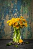 Flores del diente de león en fondo rústico Todavía de la vendimia vida Foto de archivo