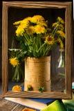 Flores del diente de león en fondo rústico Todavía de la vendimia vida Imagen de archivo