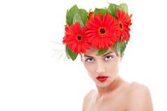 Flores del gerbera de la mujer que desgastan Fotos de archivo libres de regalías