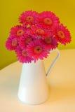 Flores del Gerbera en florero Fotografía de archivo