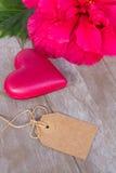 Flores del hibisco con dos corazones rosados imagenes de archivo