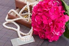 Flores del hortensia y caja rosadas del jawel Fotos de archivo libres de regalías