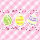 Flores del huevo y del resorte de Pascua en la guinga rosada Imagen de archivo libre de regalías