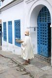 Flores del jazmín del vendedor que esperan a turistas Sidi Bou Said Fotos de archivo libres de regalías