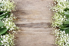 Flores del lirio de los valles en fondo de madera Fotos de archivo