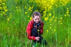 Flores del tiroteo del adolescente en campos Foto de archivo libre de regalías