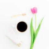 Flores del tulipán, café y accesorios del ` s de las mujeres aislados en el fondo blanco Endecha plana, visión superior Fotos de archivo libres de regalías