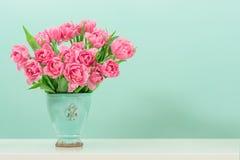 Flores del tulipán del rosa en colores pastel sobre la turquesa Fotografía de archivo