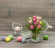Flores del tulipán del rosa en colores pastel y huevos de Pascua Fotografía de archivo libre de regalías