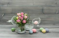 Flores del tulipán del rosa en colores pastel y huevos de Pascua Imagen de archivo libre de regalías