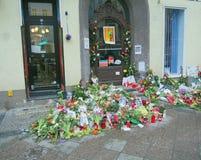 Flores delante de la casa anterior de David Bowies en Berlín, Alemania Imágenes de archivo libres de regalías