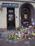 Flores delante de la casa anterior de David Bowies en Berlín, Alemania Foto de archivo libre de regalías