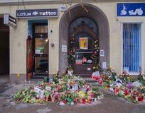 Flores delante de la casa anterior de David Bowies en Berlín, Alemania Foto de archivo