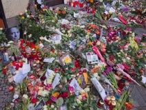 Flores delante de la casa anterior de David Bowies en Berlín, Alemania Imagen de archivo