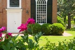 Flores delante de la iglesia Imágenes de archivo libres de regalías