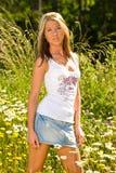 Flores derechas del campo de la muchacha bonita Fotos de archivo