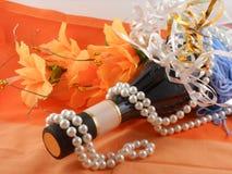 Flores, diamantes blancos y una botella del champán Imágenes de archivo libres de regalías