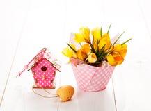 Flores do açafrão no fundo de madeira branco Foto de Stock