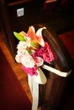 Flores do banco do casamento fotos de stock