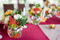 Flores do casamento - as tabelas ajustaram-se para o casamento Fotografia de Stock Royalty Free