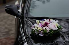 Flores do casamento de um carro preto Fotos de Stock Royalty Free