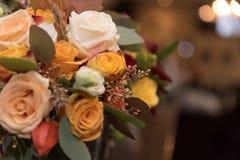 Flores do casamento e fundo alaranjados do bokeh Fotos de Stock Royalty Free