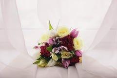 Flores do casamento em um fim branco do fundo acima fotos de stock
