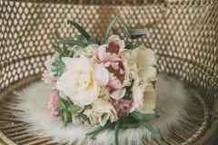 Flores do casamento na poltrona da palha Fotografia de Stock