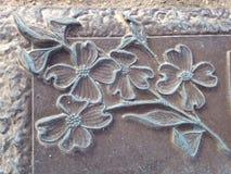 Flores do corniso em uma lápide Imagens de Stock Royalty Free