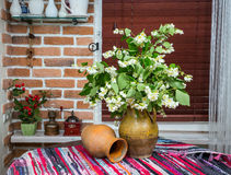 Flores do jasmim em um jarro interior foto de stock royalty free