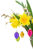 Flores do narciso amarelo com amentilhos e ovos da páscoa Imagens de Stock Royalty Free