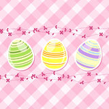 Flores do ovo e da mola de Easter no guingão cor-de-rosa Imagem de Stock Royalty Free