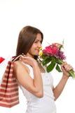 Flores do ramalhete dos sacos de compra da terra arrendada da mulher Imagens de Stock Royalty Free